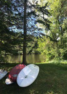 Planches de SUP en bord de rivière